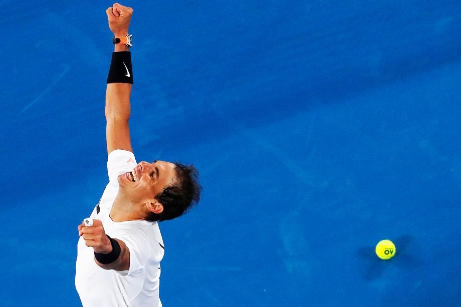 O espanhol Rafael Nadal vence o canadense Milos Raonic em partida de quarta de final do Aberto da Austrália, em Melbourne - 25/01/2017