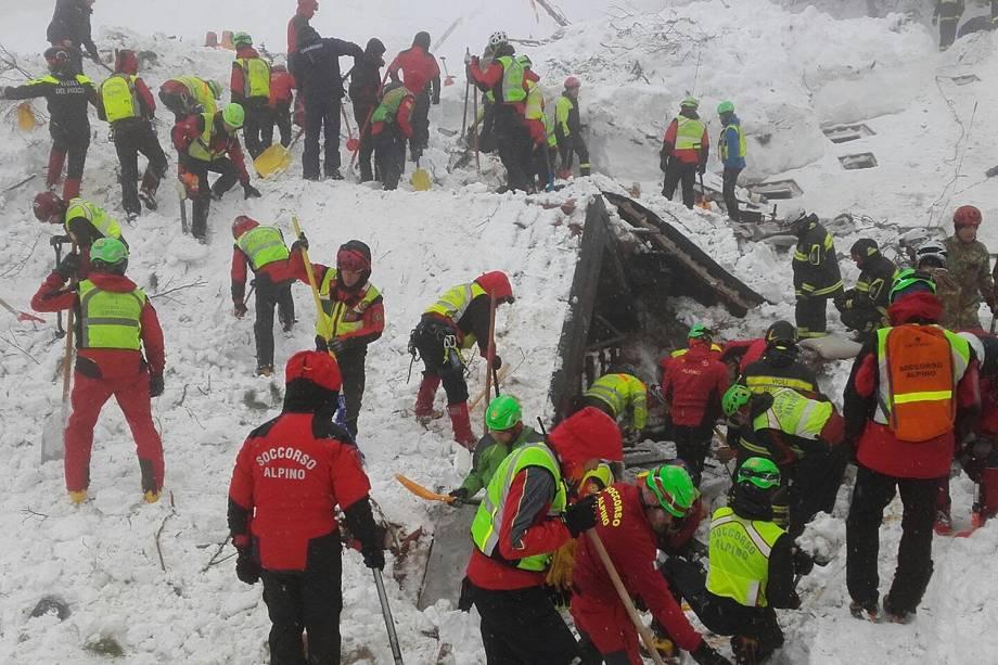 Foto divulgada nesta segunda-feira (23) mostra socorristas trabalhando na área do hotel Rigopiano atingida por avalanche na Itália