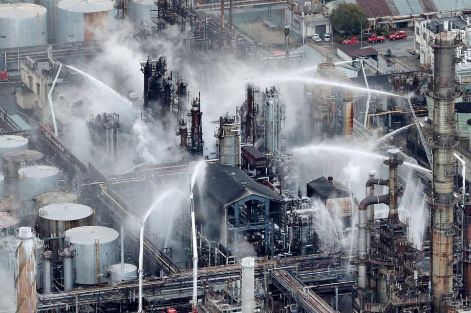 Caminhões de bombeiros são usados para tentar controlar incêndio em uma refinaria de petróleo da empresa Tonen General Sekiyu KK em Arida, na prefeitura de Wakayama, oeste do Japão - 23/01/2017
