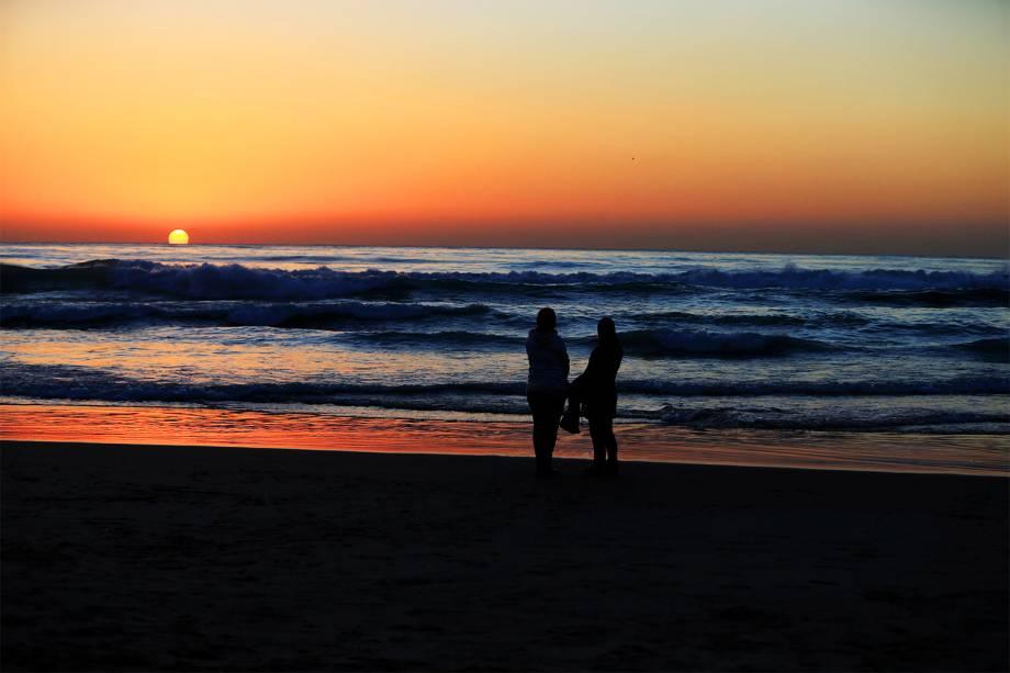 Mulheres observam pôr do sol sobre o Mar Mediterrâneo, em uma praia pública de Beirute, capital do Líbano - 11/01/2017