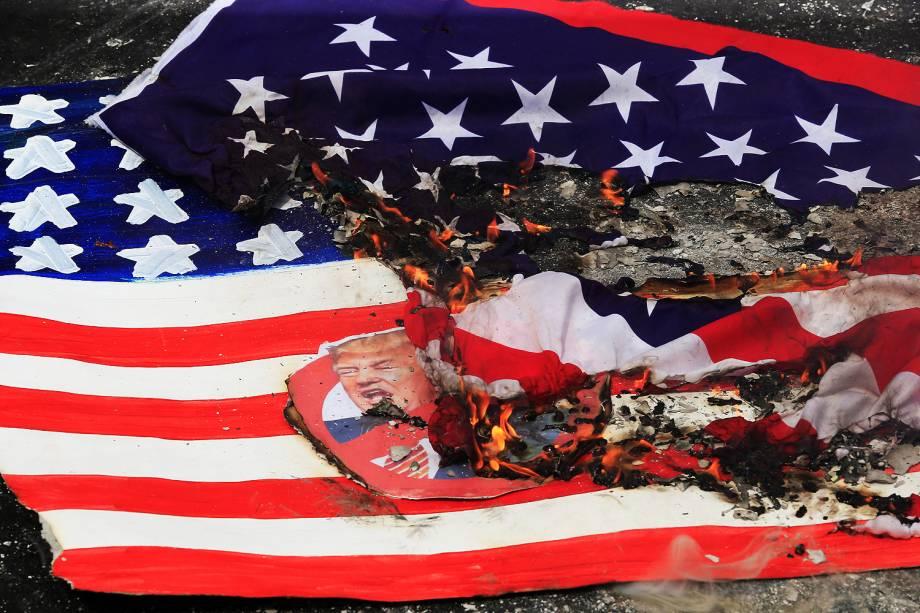 Manifestantes queimam bandeira dos Estados Unidos durante protesto em frente à embaixada do país, em Manila, nas Filipinas, no dia da posse de Donald Trump como o 45º presidente americano - 20/01/2017