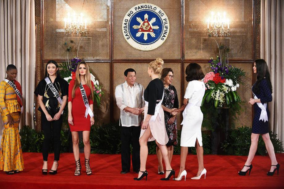 O presidente das Filipinas, Rodrigo Duterte, cumprimenta as candidatas do concurso Miss Universo no palácio presidencial na capital Manila - 23/01/2017