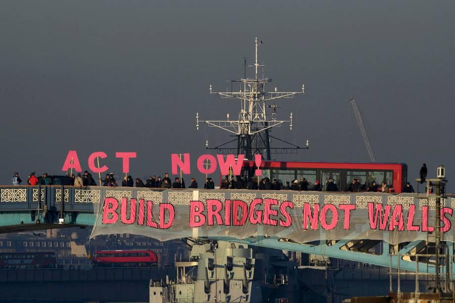 Construa pontes, não muros', dizem mensagens expostas na Ponte da Torre, em Londres, durante protesto contra Donald Trump - 20/01/2017