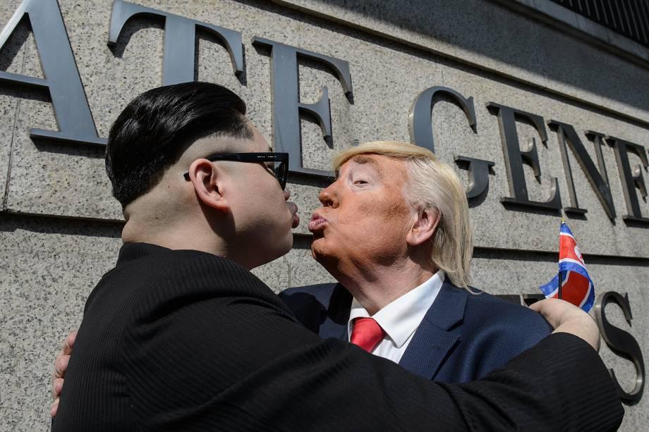 Sósias do presidente americano Donald Trump e do líder norte-coreano Kim Jong-un, posam para foto em frente ao consulado americano em Hong Kong, na China - 25/01/2017