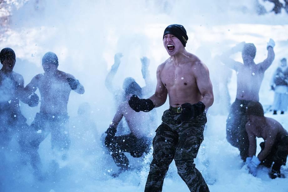 Fuzileiros navais sul-coreanos brincam com neve durante exercício em Pyeongchang, na Coreia do Sul - 24/01/2017