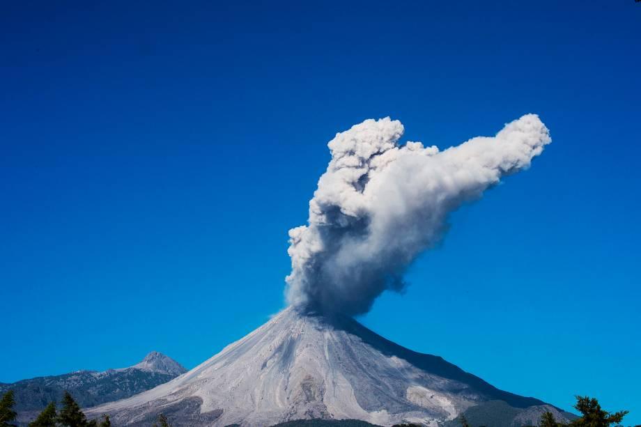 O vulcão Colima, cospe cinzas e fumaça visto de San Antonio, no estado de Colima, no México. A atividade do vulcão se intensificou nos últimos dias - 23/01/2017