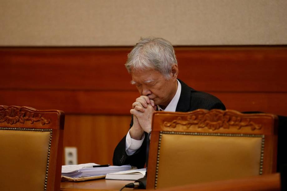 Advogado da presidente da Coreia do Sul, faz uma oração antes dos primeiros argumentos para o julgamento que analisa a destituição de Park Geun-hye, acusada por corrupção e tráfico de influências no Tribunal Constitucional em Seul - 03/01/2017