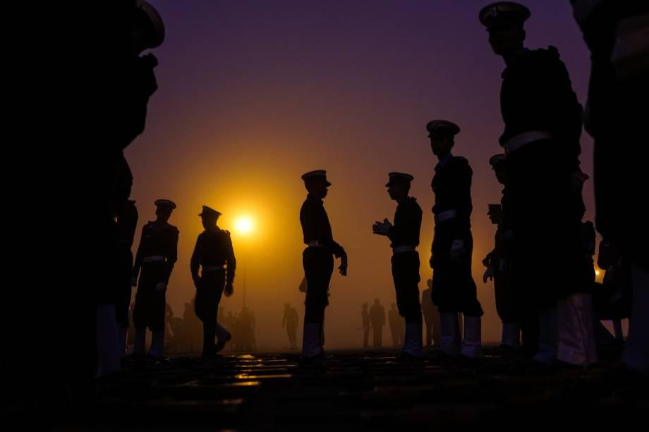 Militares indianos se preparam para marchar enquanto ensaiam para o  desfile do Dia da República em Rajpath, em Nova Delhi - 03/01/2017