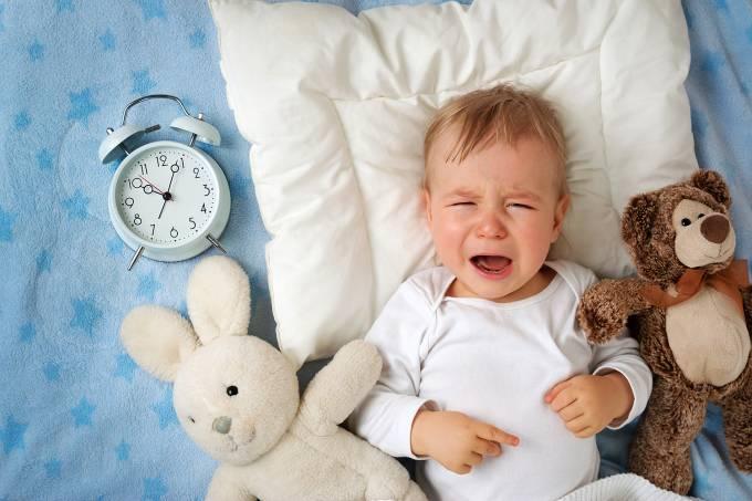 Um ano de idade bebê com rádio-relógio