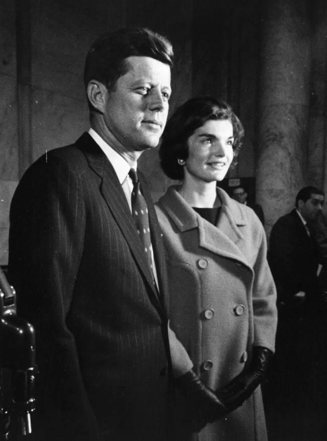 A primeira dama Jacqueline Kennedy apostava nas golas volumosas e luvas curtas (Photo by Keystone/Getty Images)