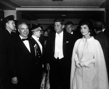 O vestido de Melania Trump muito se assemelha aos modelos usados por Jackie Kennedy no dia da posse de seu marido, John Kennedy