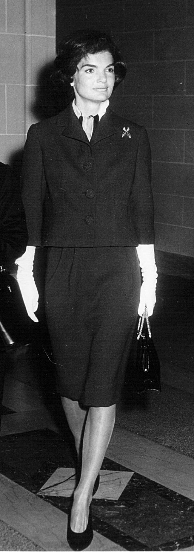 Jackie costumava combinar luvas curtas com blazer e saia(Photo by National Archive/Newsmakers)
