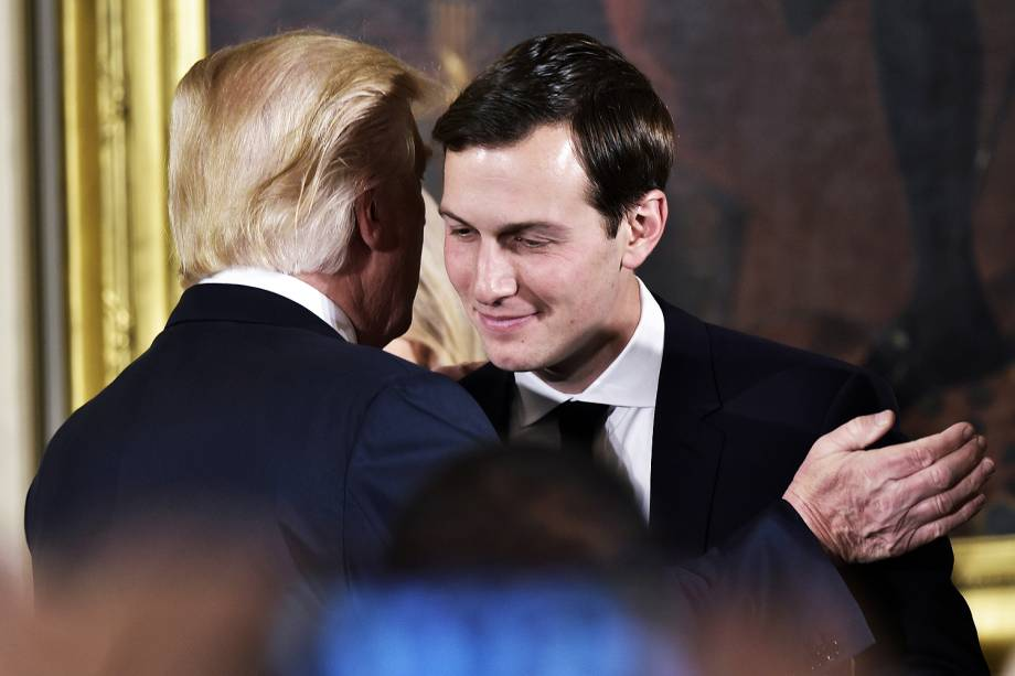 O presidente dos Estados Unidos, Donald Trump, cumprimenta Jared Kushner durante uma cerimônia na Casa Branca, em Washington