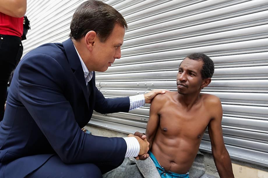 O prefeito de São Paulo, João Doria cumprimenta morador de rua