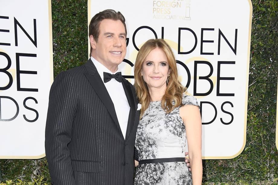 O ator John Travolta e a atriz Kelly Preston chegam para o Globo de Ouro 2017, em Los Angeles