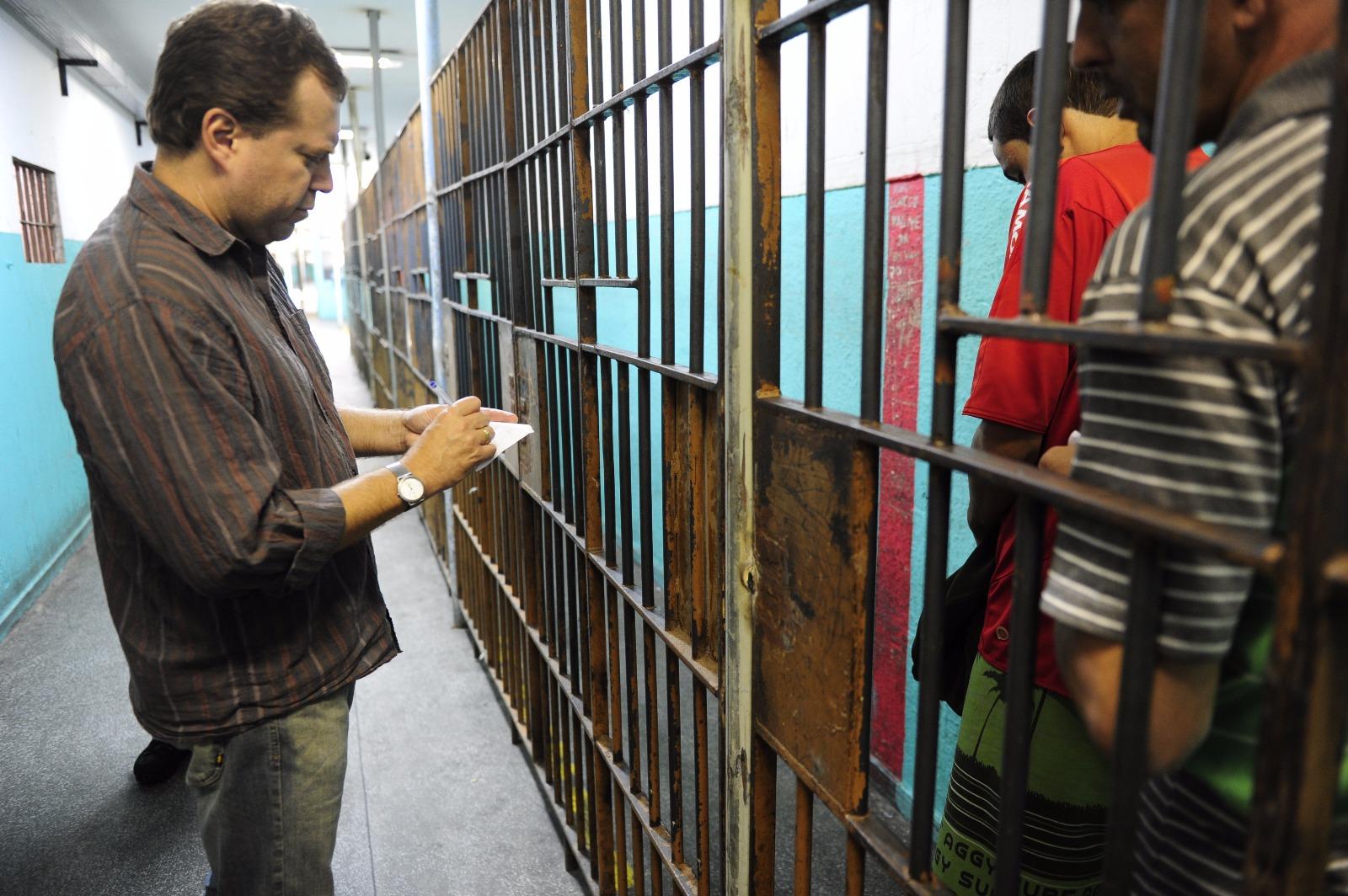Juiz Sidinei Brzuska conversa com presos no Presídio Central de Porto Alegre