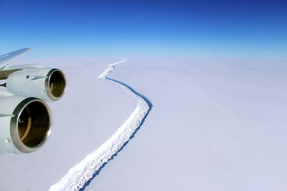 Foto divulgada pela Nasa que mostra a fenda entre o iceberg e a plataforma Larsen C