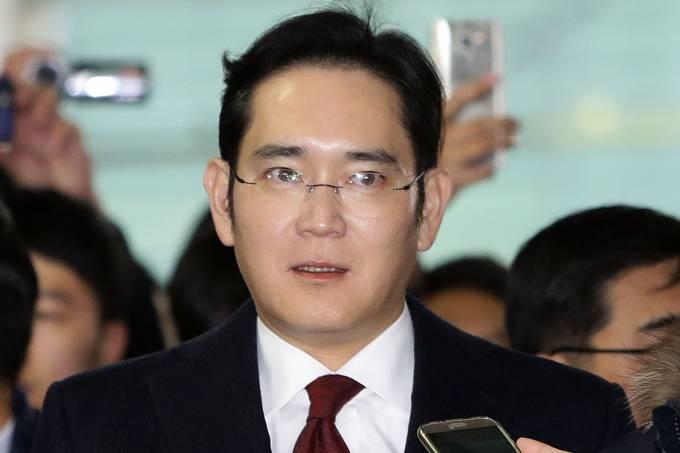 O  vice presidente da Samsung, Lee Jae-Yong, fala com a imprensa sobre o escândalo envolvendo o presidente da Coreia do Sul, em Seul