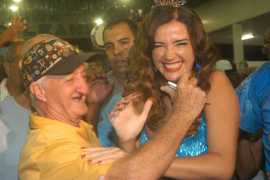 Luma de Oliveira com Russo, ao ser coroada rainha da bateria da Caprichosos de Pilares.