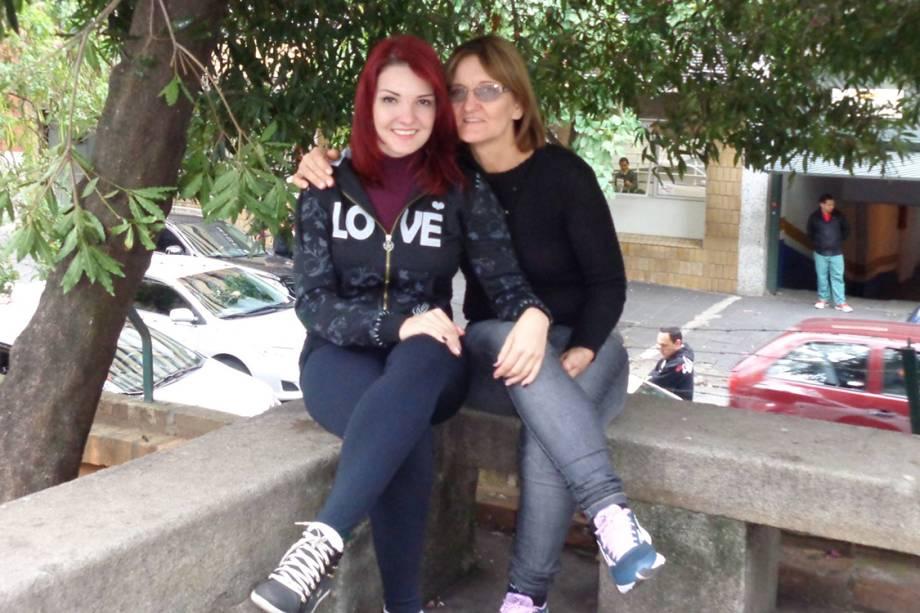 A dançarina e massagista que morreu no voo que caiu em Paraty, Maíra Panas, com sua mãe, Maria Hilda Panas