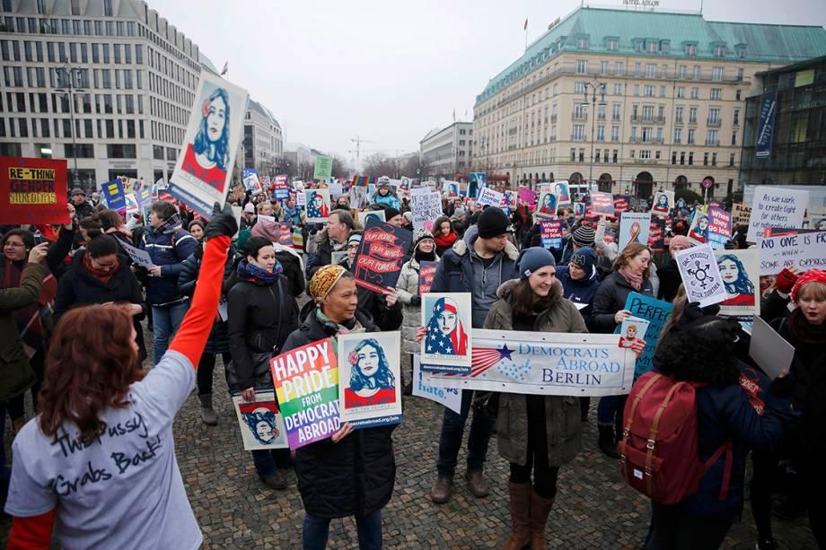 Mulheres participam de protesto por direitos civis em solidariedade à Marcha das Mulheres de Washington, em frente à embaixada americana de Berlim, Alemanha