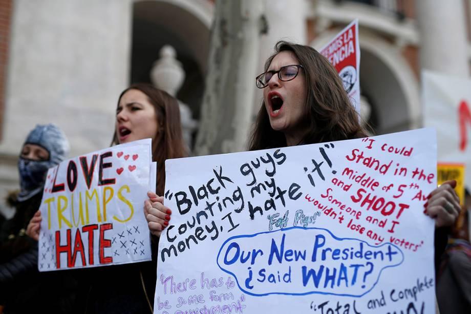 Mulheres participam de protesto por direitos civis em solidariedade à Marcha das Mulheres de Washington, em Madri, Espanha