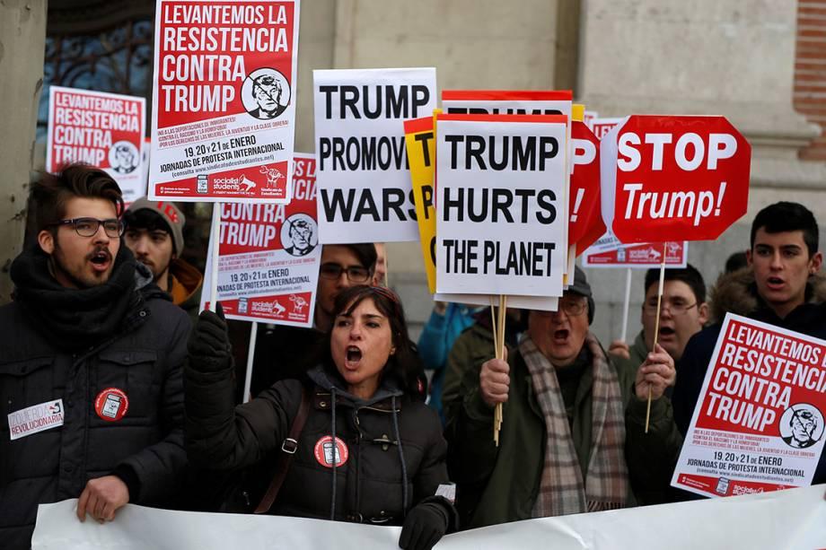 Manifestantes participam de protesto por direitos civis em solidariedade à Marcha das Mulheres de Washington, em Madri, Espanha