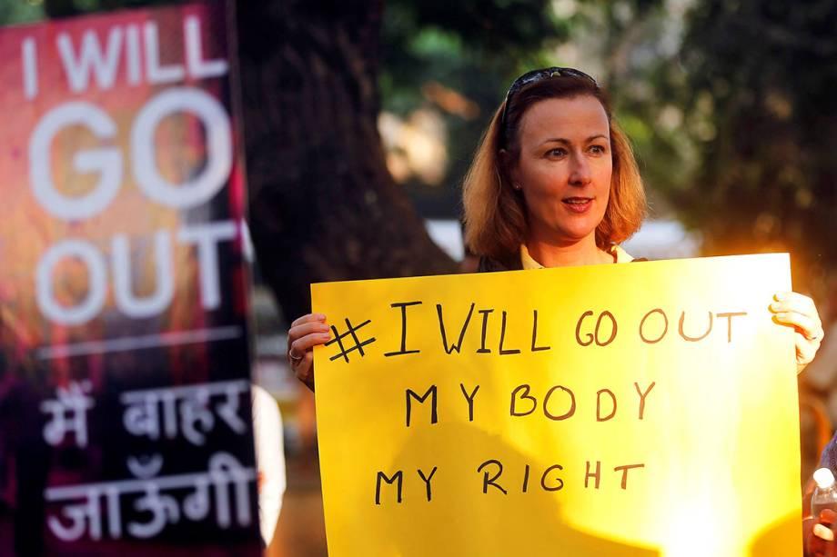 Mulher participa de protesto por direitos civis em solidariedade à Marcha das Mulheres de Washington, na cidade de Mumbai, Índia