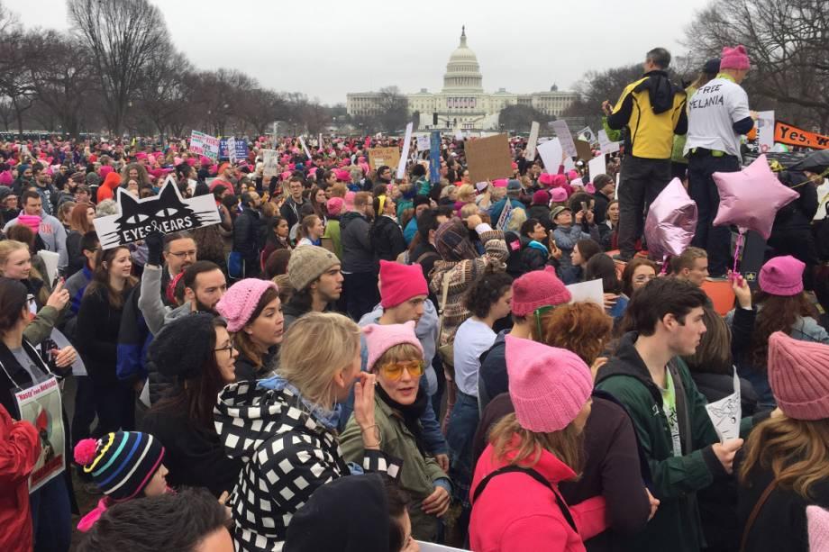 Milhares de mulheres participam da Marcha das Mulheres em protesto por direitos civis, em Washington