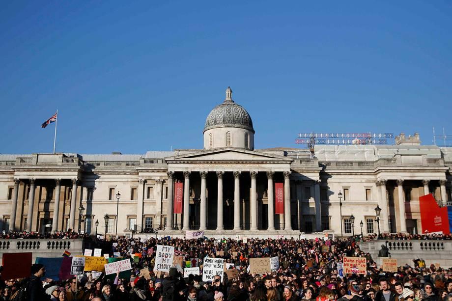 Manifestantes participam de protesto por direitos civis em solidariedade à Marcha das Mulheres de Washington, em Londres