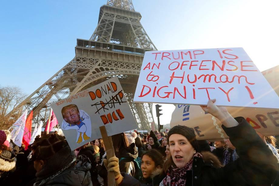 Mulheres participam de protesto por direitos civis em solidariedade à Marcha das Mulheres de Washington, em Paris