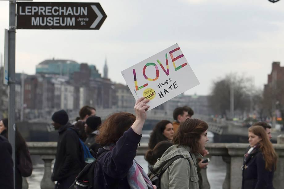 Mulheres participam de protesto por direitos civis em solidariedade à Marcha das Mulheres de Washington, em Dublin, Irlanda
