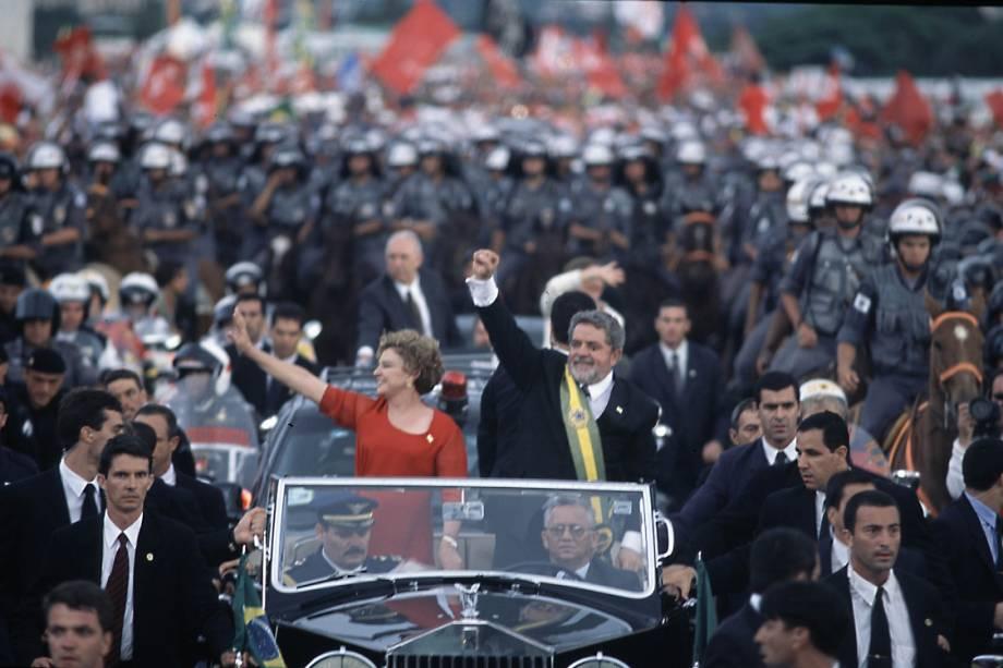 Lula acompanhado de Marisadesfila no Rolls-Royce presidencialna cerimônia da posse do primeiro mandato, em 2003