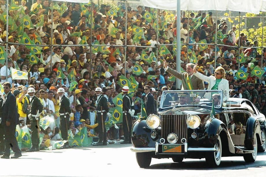 O então presidente Lula e Marisa Letícia, desfilando no Rolls-Royce presidencial, durante a parada de 7 de Setembro, em 2004