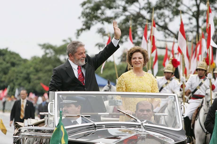 O então presidente Lula desfila com Marisa Letíciaem carro aberto durante cerimônia da posse de seu segundo mandato, em 2007