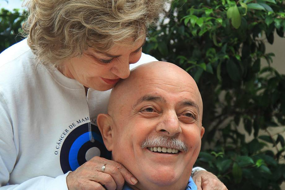 Marisa Letícia raspa a cabeça e a barba de Lula, que passava por um tratamento de câncer na laringe, em 2011