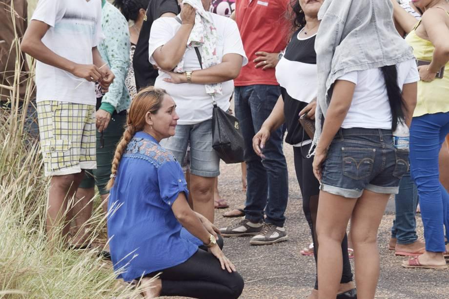 Familiares de presos da Penitenciária Agrícola de Monte Cristo aguardam por informações após rebelião que deixou pelo menos 33 mortos, em Roraima