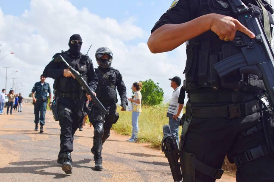Polícia Militar e Força Tarefa de Boa Vista chegam na Penitenciária Agrícola de Monte Cristo para conter rebelião que deixou pelo menos 33 mortos, em Roraima