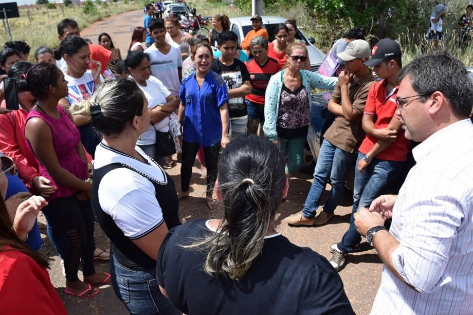 Familiares de presos da Penitenciária Agrícola de Monte Cristo aguardam por informações após rebelião, em Boa Vista, Roraima