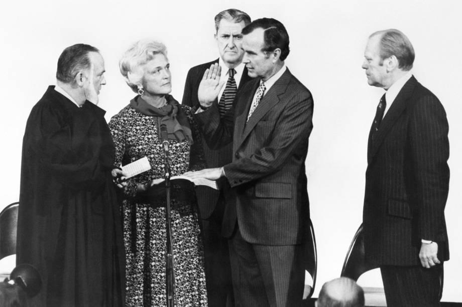 George Herbert Walker Bush é fotografado com o ministro da Justiça, Baxter Stewart, e sua esposa Barbara Bush - 30/01/1976