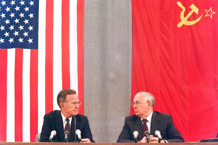 O então presidente dos Estados Unidos, George H.W.Bush (esq), e o líder da União Soviética, Mikhail Gorbachev (dir). durante coletiva de impresa em Moscou - 31/07/1991