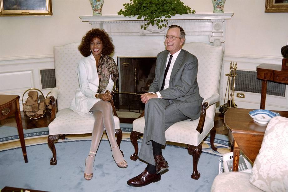 George H.W.Bush durante encontro com a cantora Whitney Houston na Casa Branca, em Washington - 02/05/1990