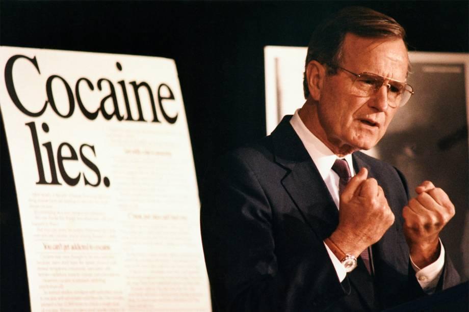 O então presidente dos Estados Unidos, George H.W.Bush, discursa para autoridades sobre os perigos da cocaína