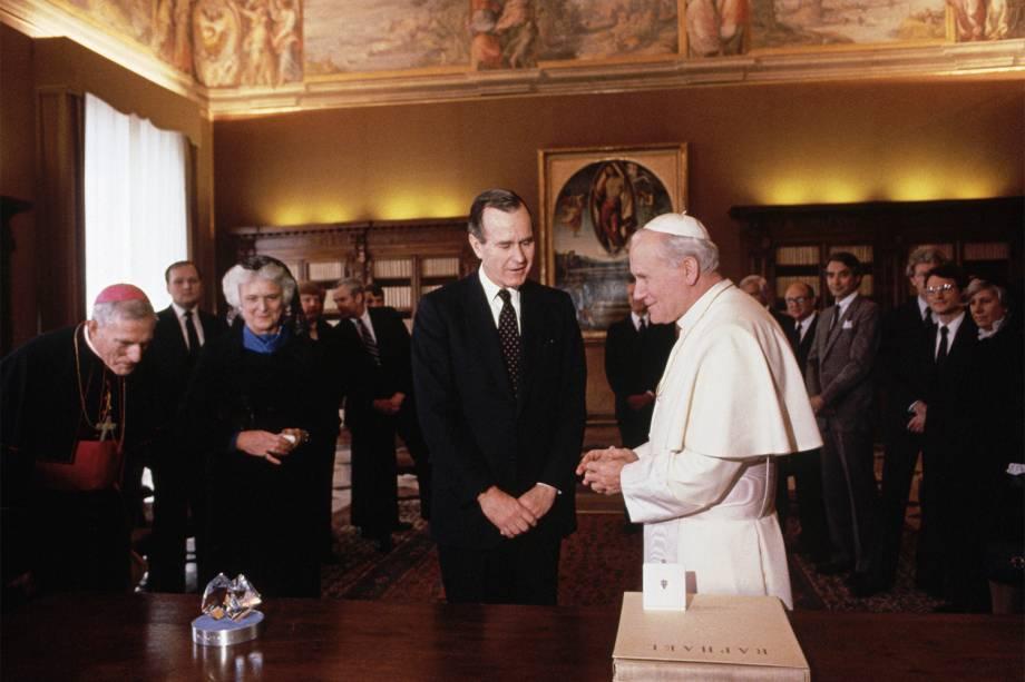 George H.W.Bush com o Papa João Paulo II