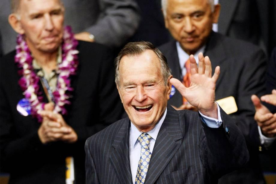 O ex-presidente dos Estados Unidos, George H.W.Bush, acena para o público durante a Convenção Nacional do Partido Republicano, em Minnesota - 02/09/2008