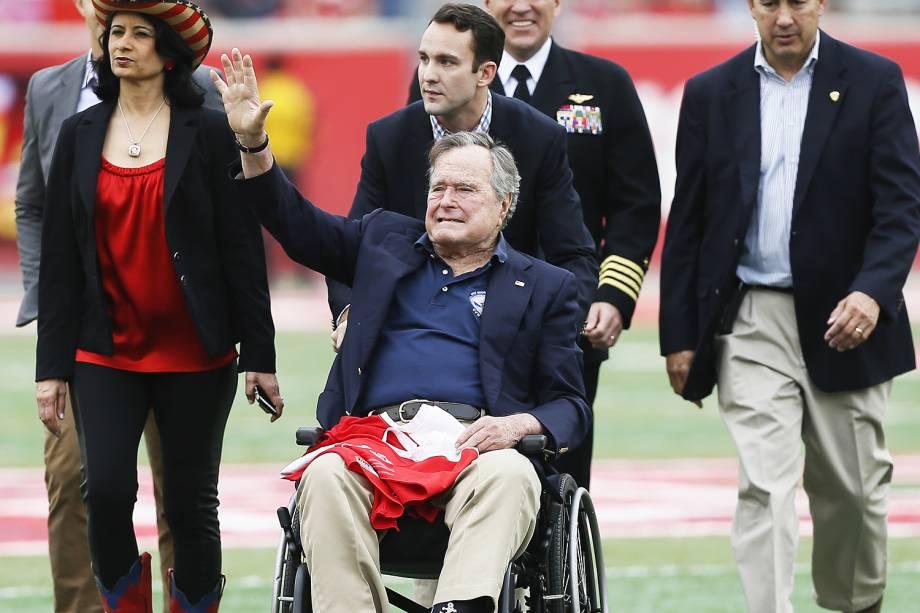 O ex-presidente dos Estados Unidos, George H.W.Bush, acena para o público no TDECU Stadium, em Houston - 27/11/2015