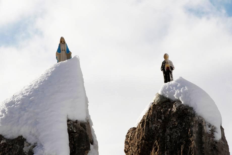 Estátuas de Virgem Maria e São Charbel são fotografadas em rochas cobertas de neve no Monte Líbano, após forte nevasca atingir o país - 11/01/2017