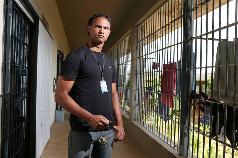 O ex-goleiro Bruno tem as chaves da própria cela: na cadeia, ele trabalha como vigia - Foto: Sérgio Dutti