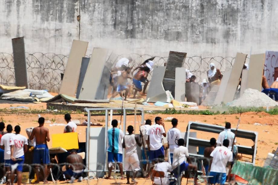 Presos da Penitenciária Estadual de Alcaçuz, em Nísia Floresta (RN), iniciam nova rebelião na manhã desta terça-feira (17). Os presos dos pavilhões 1, 2, 3 e 4 tentam invadir o pavilhão 5