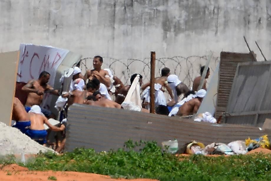 Presos de facções rivais durante rebelião no presídio de Alcaçuz, na grande Natal - 17/01/2017